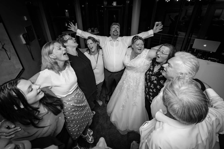 Lebensfreude auf der Tanzfläche einer Hochzeitsfeier