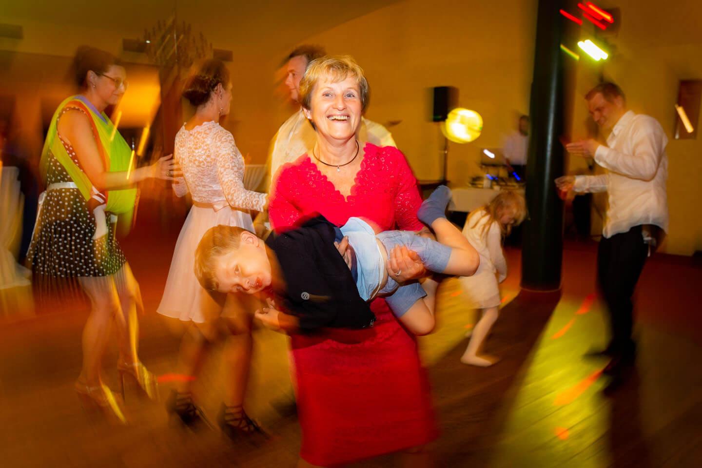 Drei generationen auf der Tanzfläche während einer Hochzeitsfeier