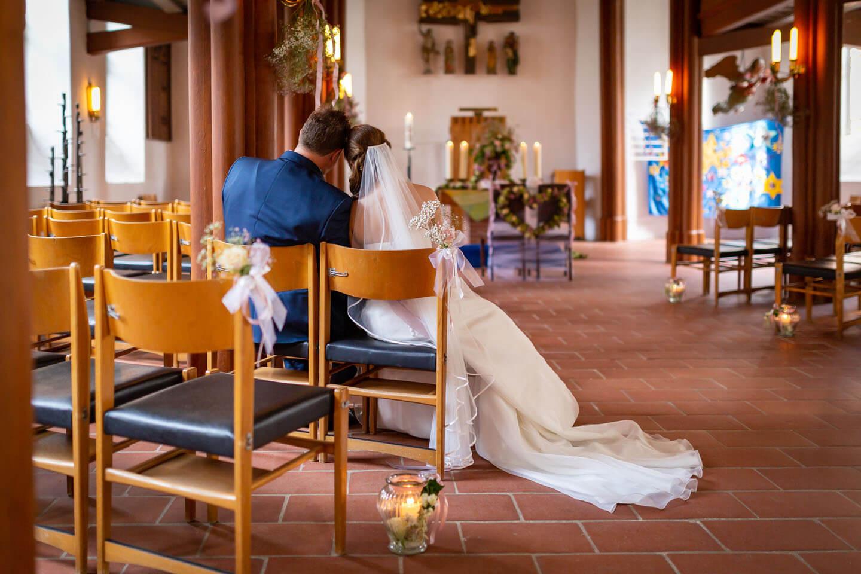 Brautpaar in der leeren Elisabeth Kirche in Brunstorf