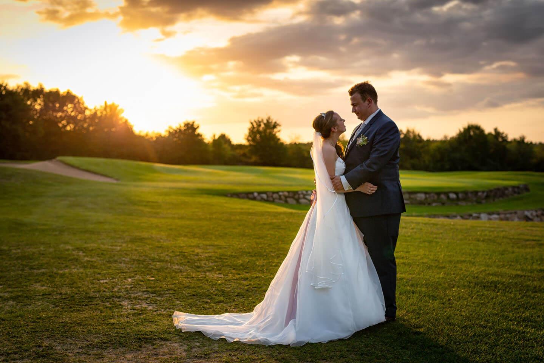 Hochzeitsfoto auf dem Golfplatz in Brunstorf während des Sonnenuntergangs