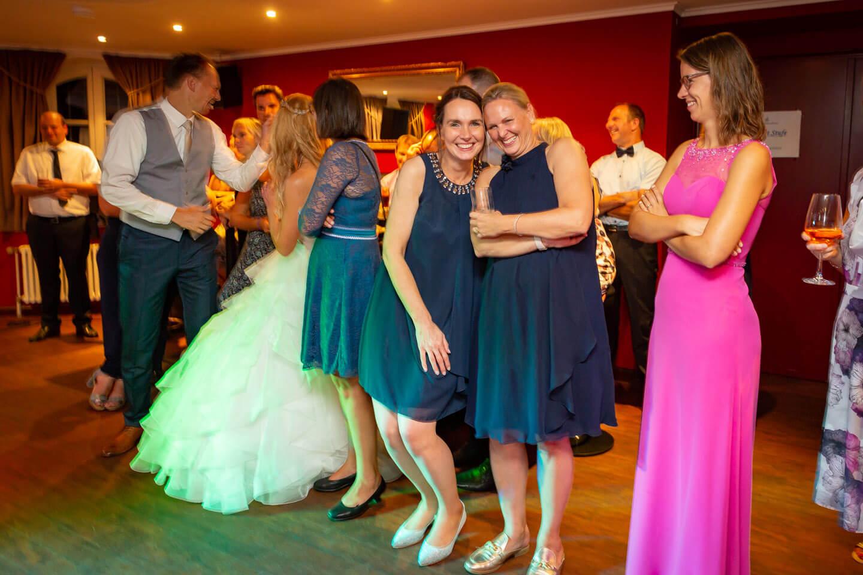 Hochzeitsgäste mit Partystimmung am Abend