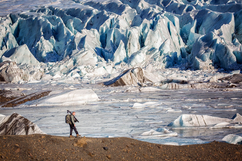 Fotograf Holger Kröger an einem Gletscher in Island