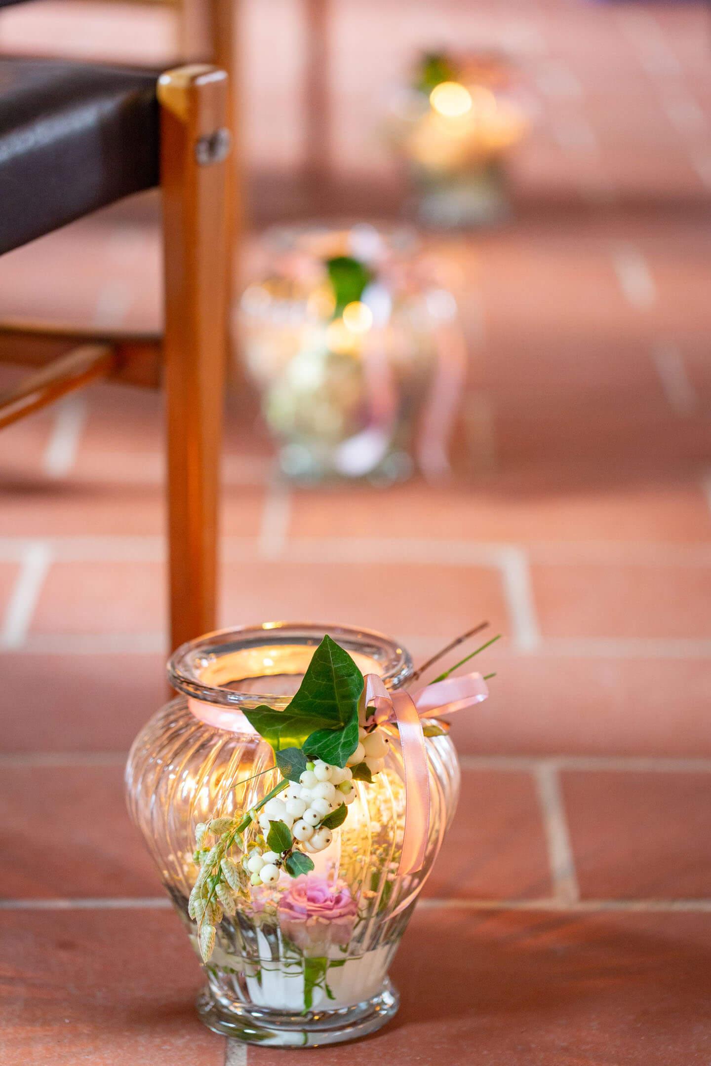Hochzeitsdeko in der Kirche. Fotograf: Florian Läufer aus Hamburg