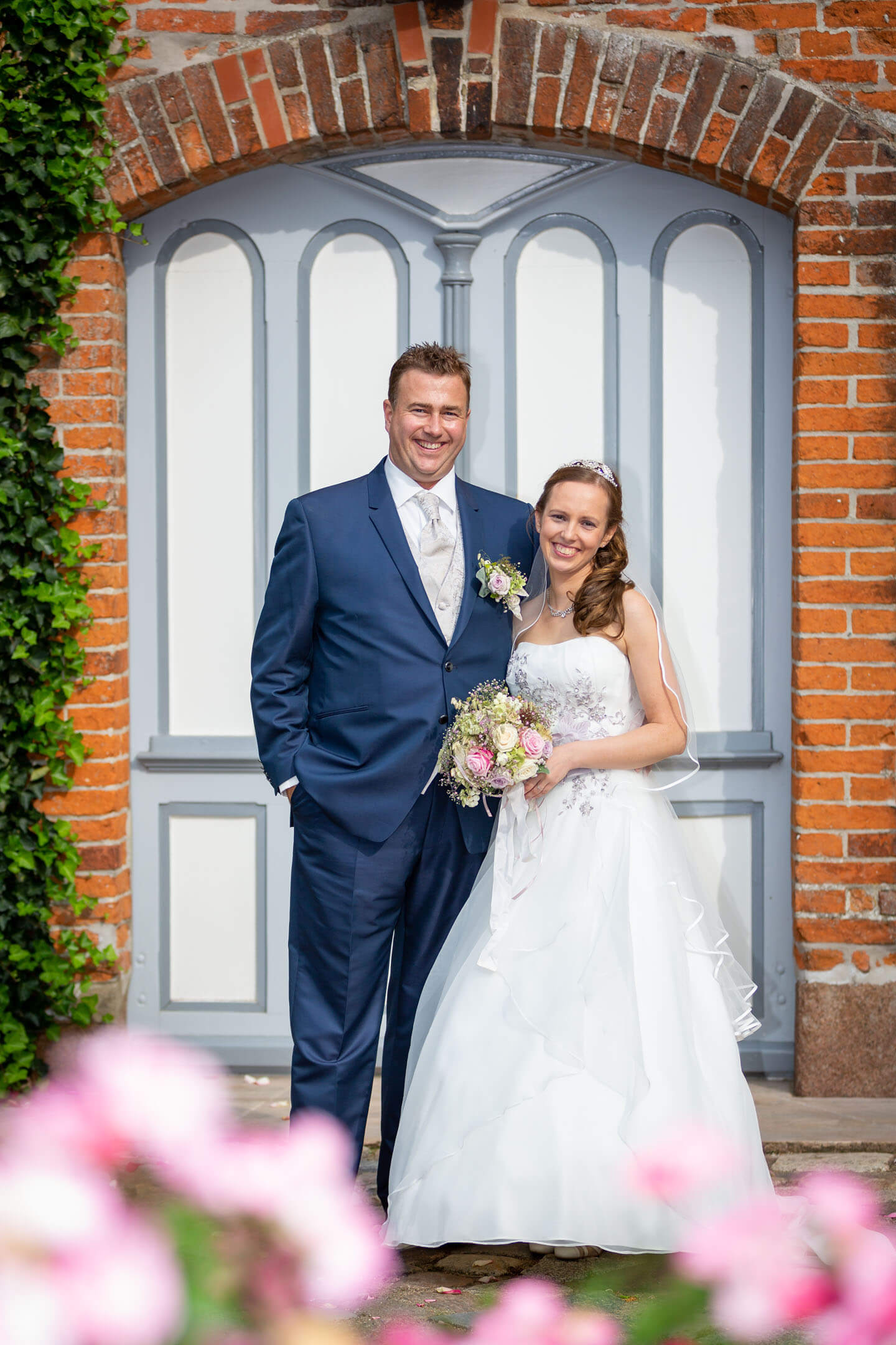 Klassisches Hochzeitsfoto vor der Kirchentür