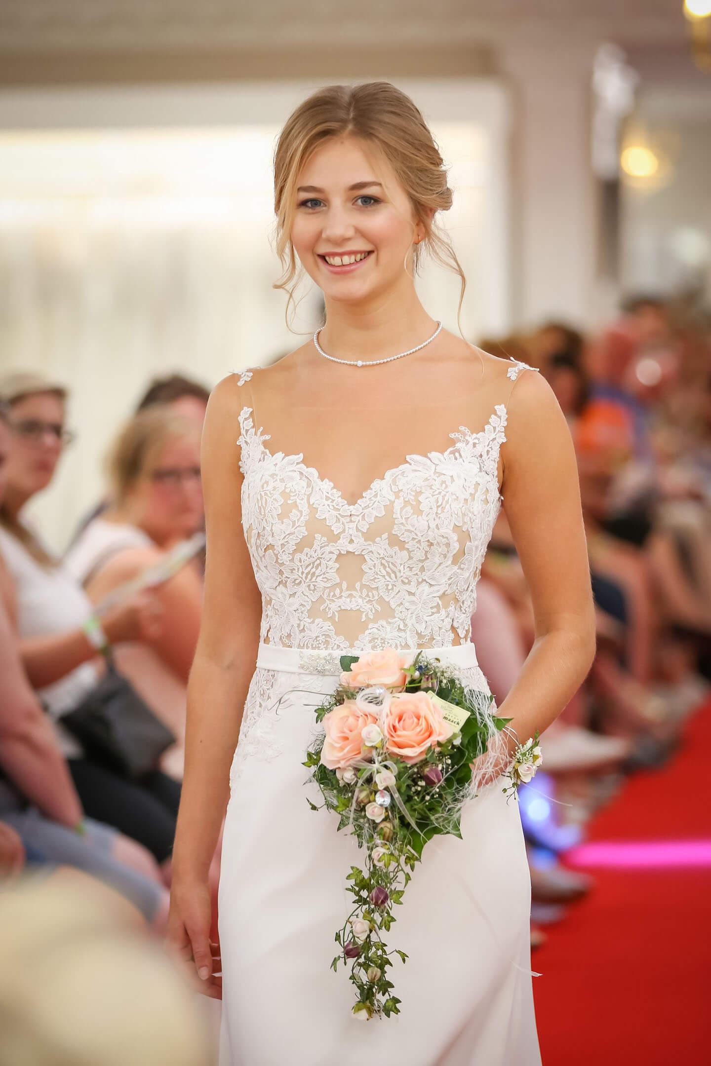 Brautkleid bei Modenschau. Fotograf Florian Läufer