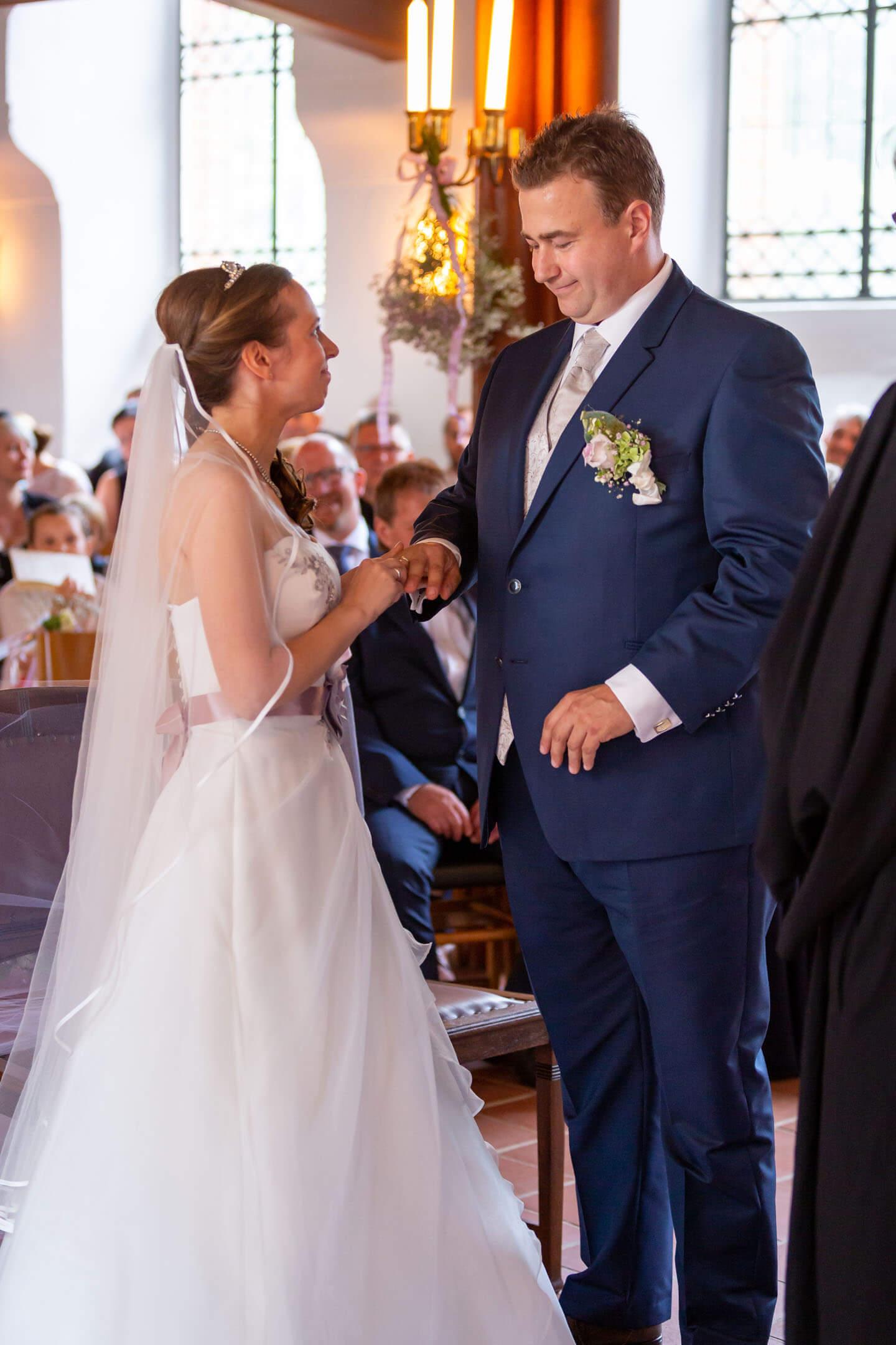 Den Ringtausch darf man in einer Hochzeitsreportage nicht verpassen. Hier hat es geklappt.