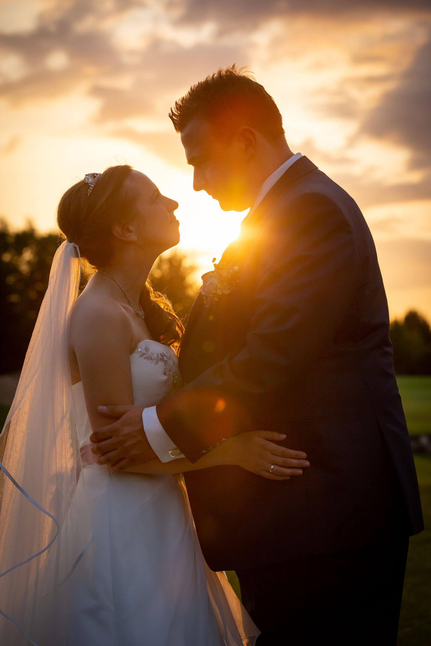Hochzeitsfoto im Sonnenuntergang. Hochzeitsfotograf Florian Läufer nutzte geschickt das Gegenlicht.