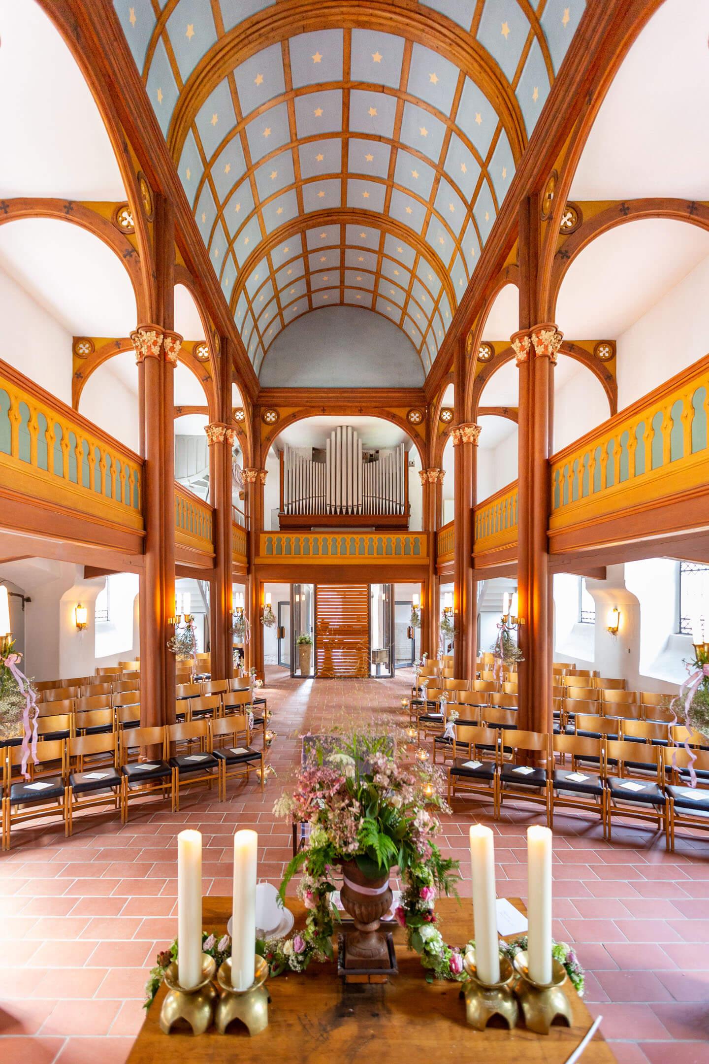Altar mit Blick in die Kirche in Brunstorf
