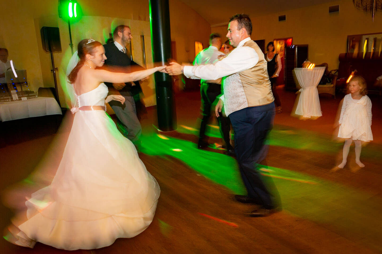 Hochzeitspaar tanzt mit Schwung
