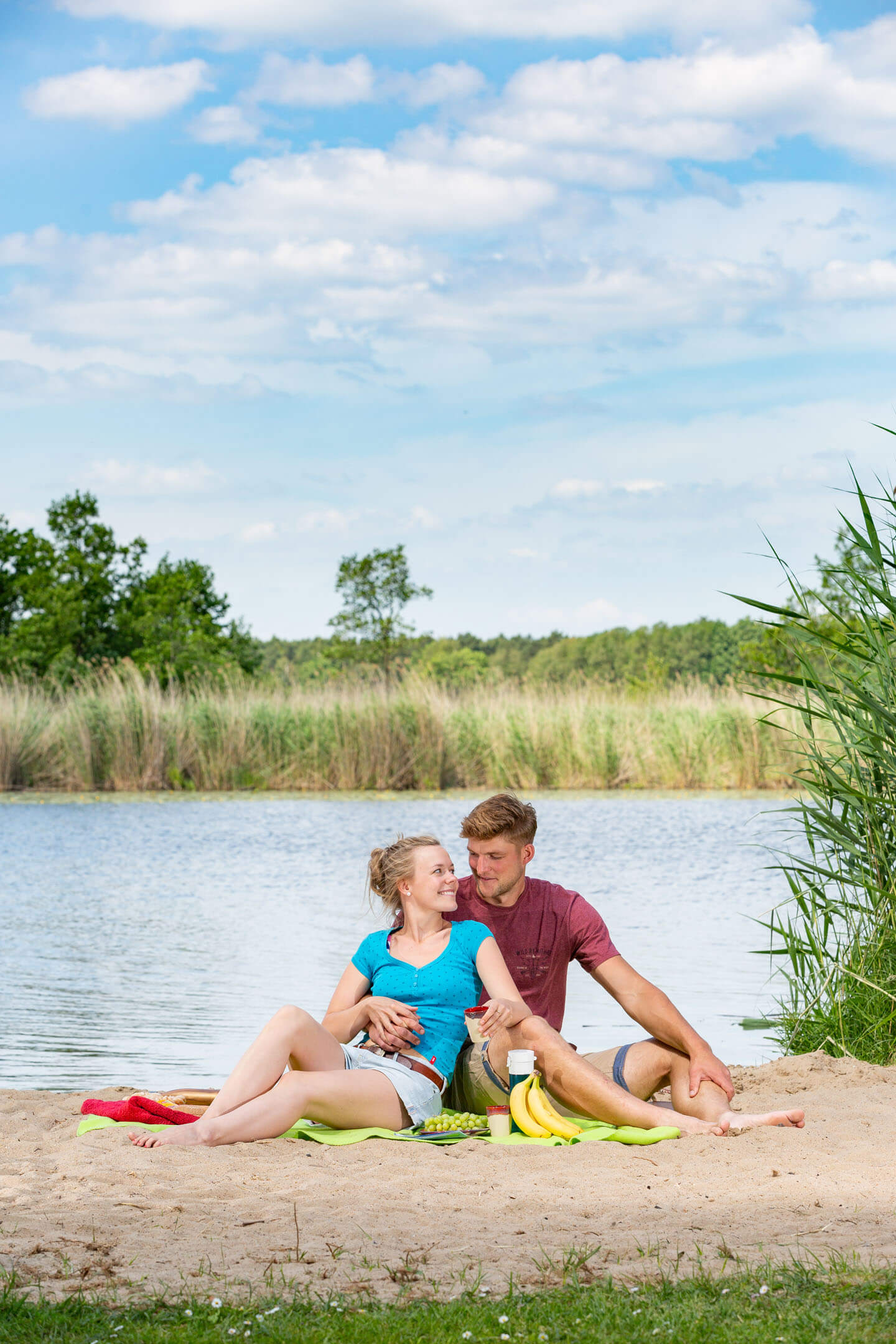 Junges Paar am Ufer der Spree. Fotograf: Florian Läufer
