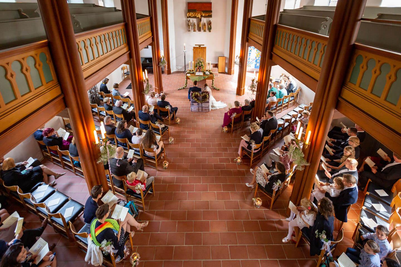 Hohe Perspektive von Hochzeitsfotograf Florian Läufer in der Elisabeth Kirche in Brunstorf