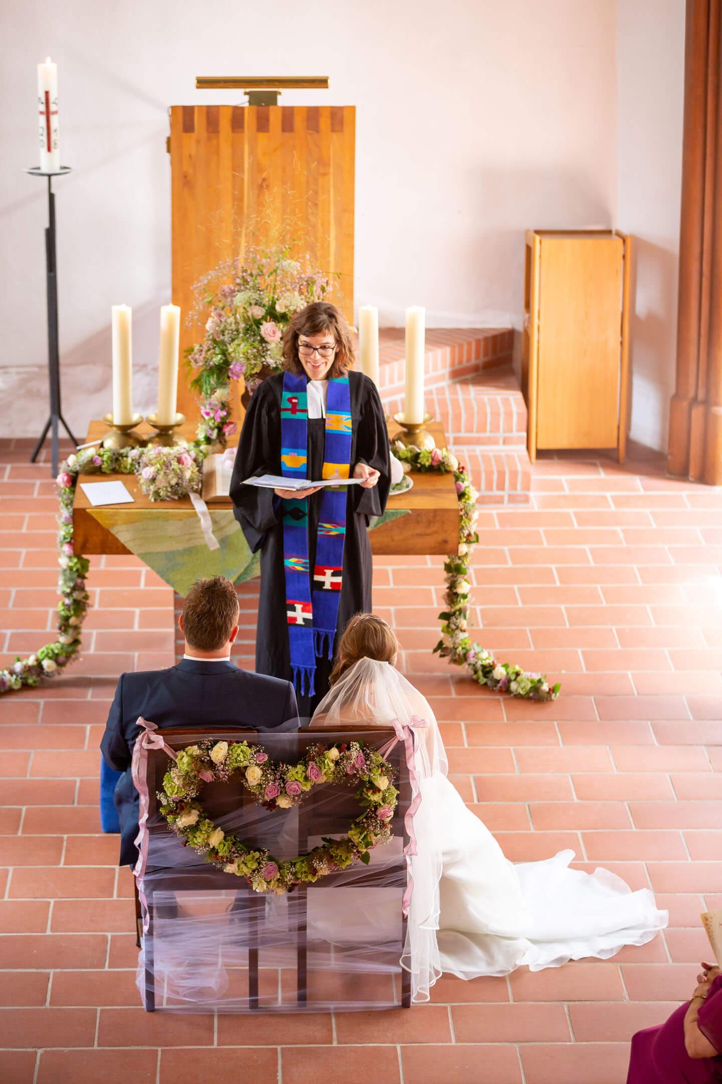 Pastorin Angelika Gogolin bei der Trauungszeremonie