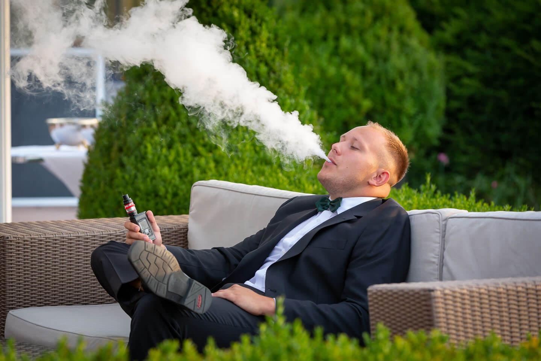 Hochzeitsgast beim Rauchen einer E-Zigarette