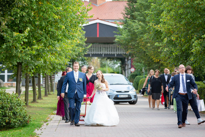 Hochzeitsgesellschaft auf dem Weg in den Golf & Countryclub Brunstorf