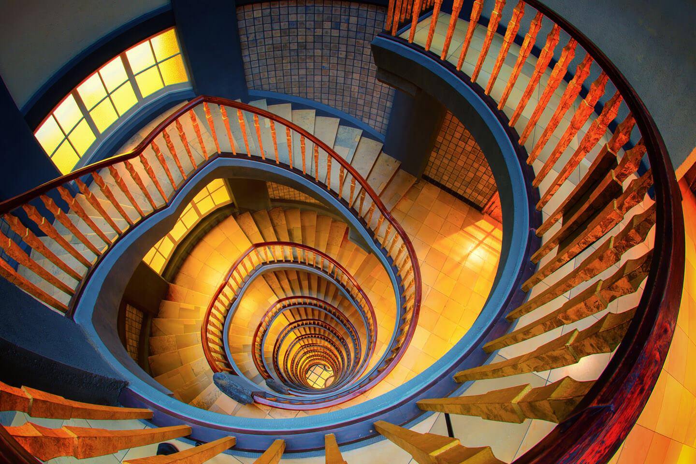 Hamburgs schönste Treppenhäuser - hier der Blick vom obersten Stockwerk im Ballin Haus