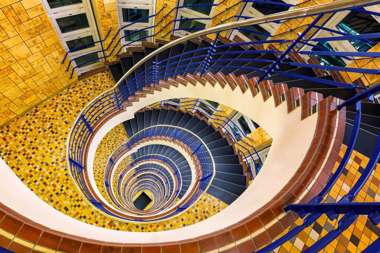 Das Treppenhaus im Brahms Kontor besticht durch seine Farben