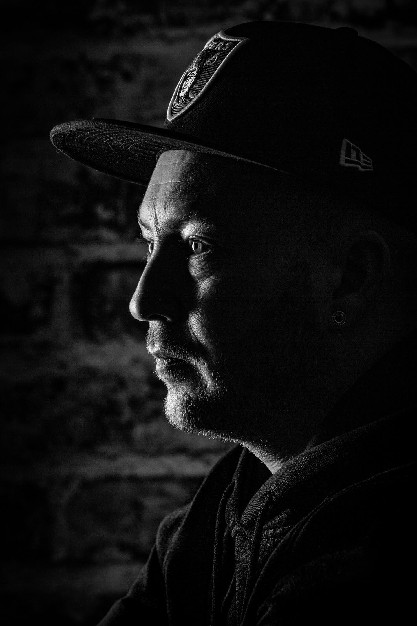 Profilfoto in Schwarzweiß von jungem Mann