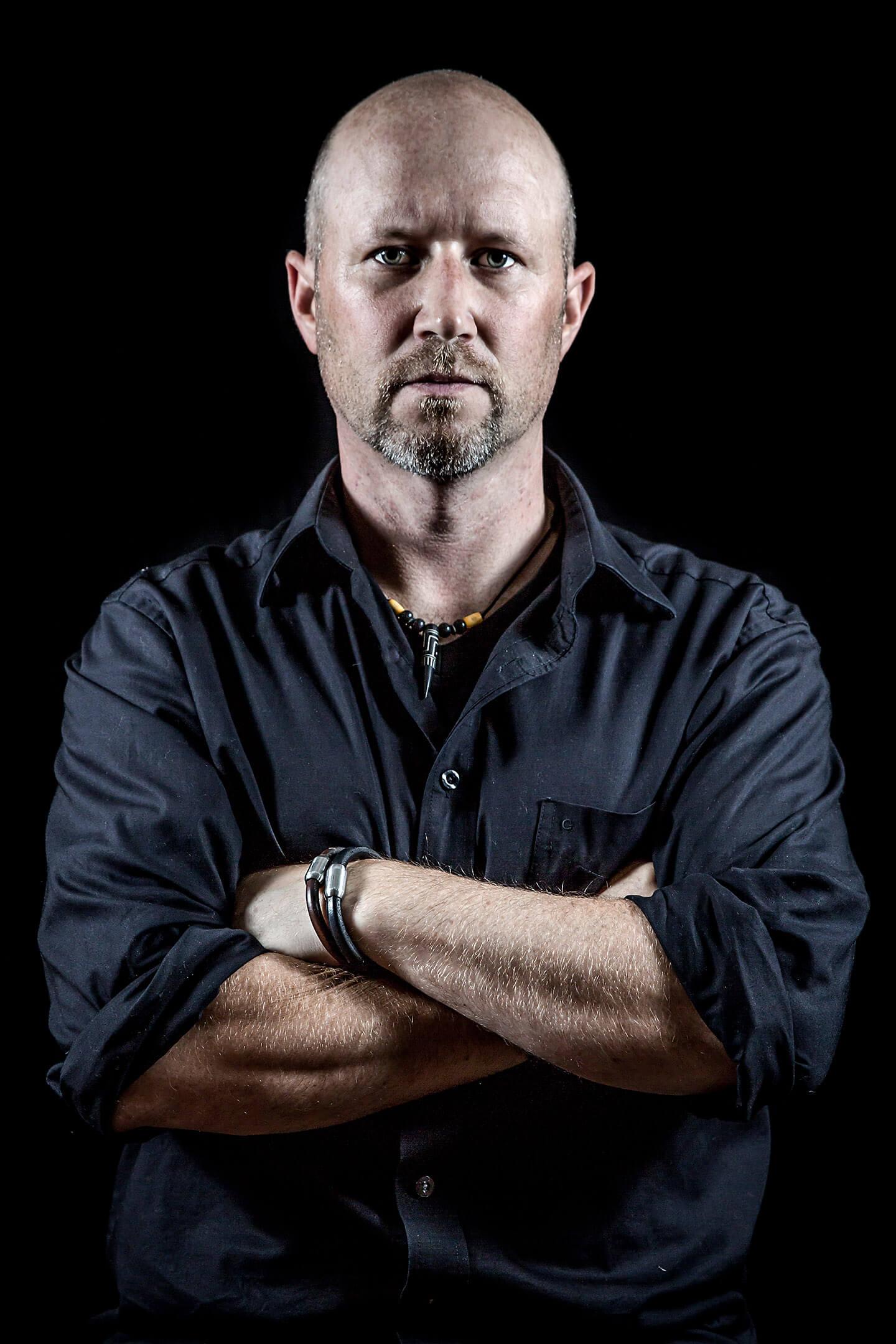 Dusteres Männerportrait mit schwarzer Leinwand