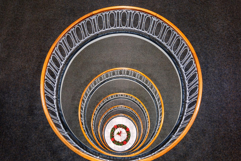 Das Treppenhaus im Esplanadebau mit Adventskranz
