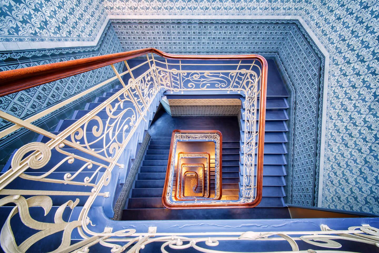 Hamburgs schönste Treppenhäuser. Die Blautöne und das warme Braun des Geländers passen perfekt zusammen