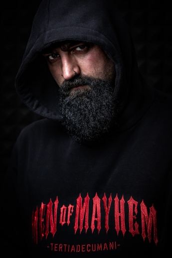Düsteres Männerportrait. Mann mit Hoodie (Men of Mayhem)