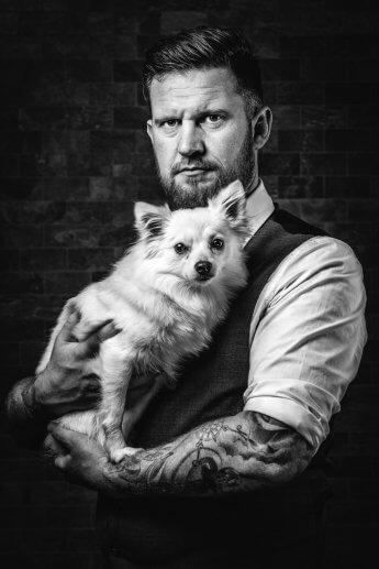 Mann mit Hund. Fotografiert von Florian Läufer