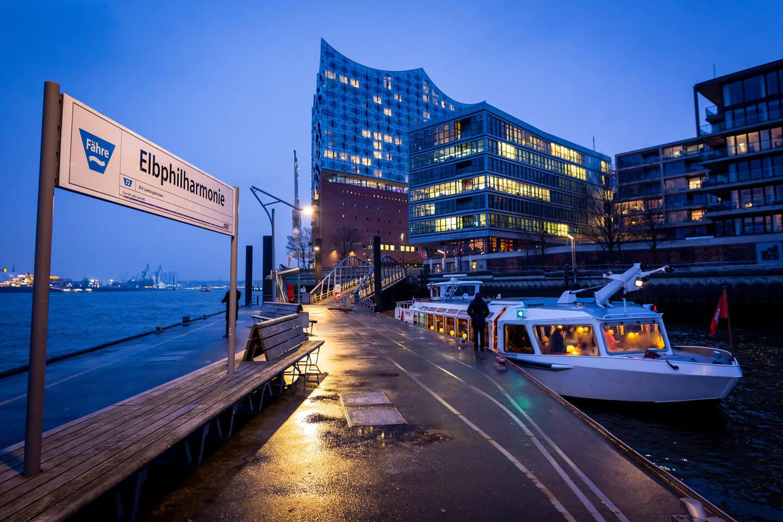 Anleger Elbphilharmonie mit Barkasse einer Hochzeitsgesellschaft