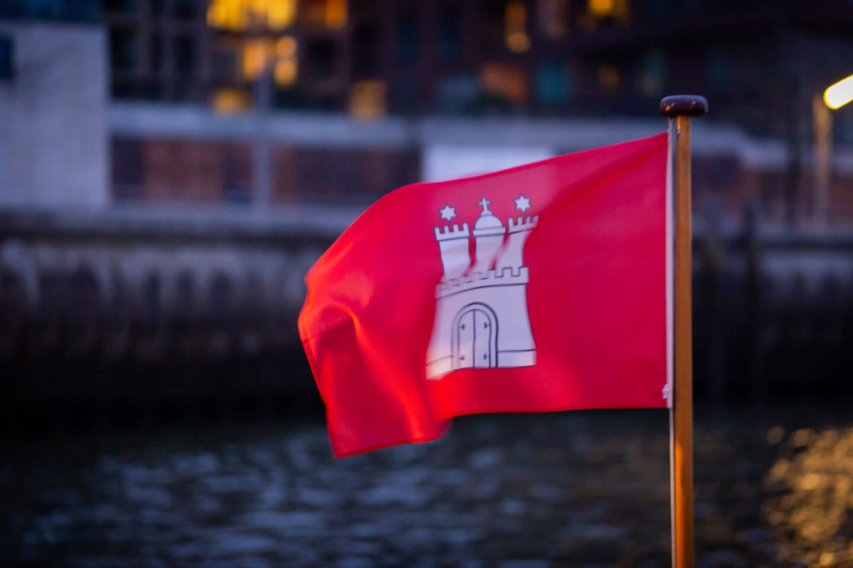 Hamburgflagge mit Wappen an Bord einer Barkasse