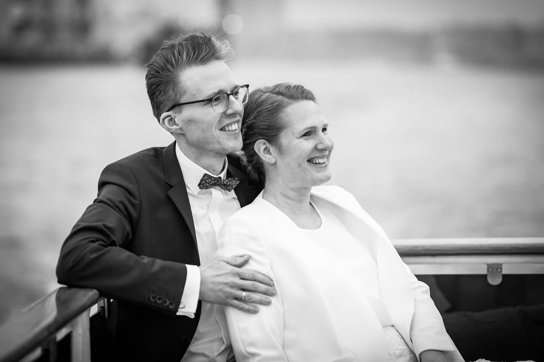 Brautpaar an Bord einer Barkasse im Hamburger Hafen