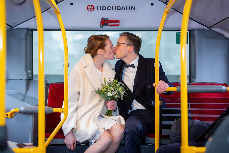 Im HVV-Bus zur Hochzeit