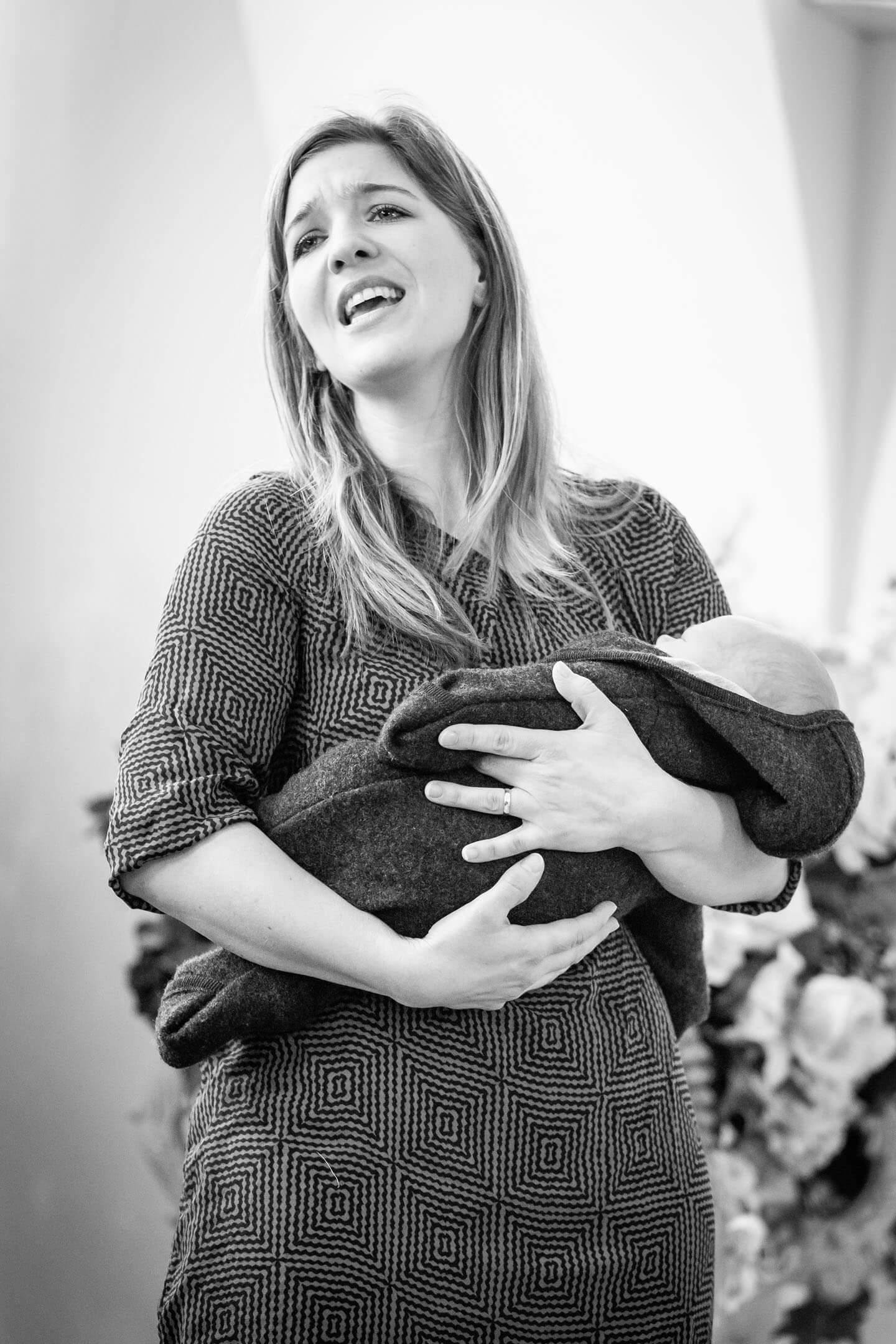 Sängerin mit Baby im Standesamt Altona