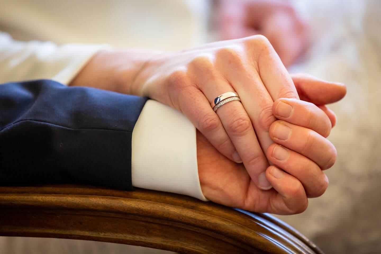 Hochzeitspaar hält sich die Hände nach dem Ringtausch