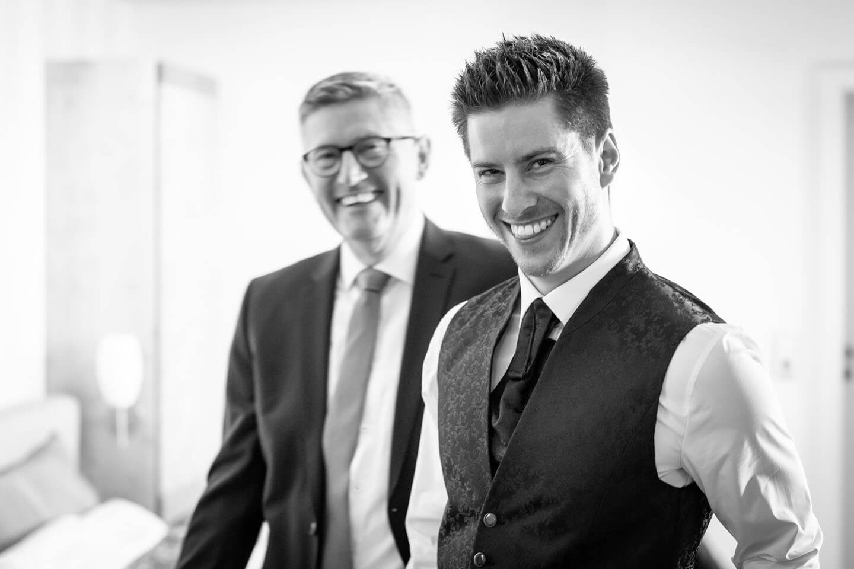 Bräutigam mit seinem Vater