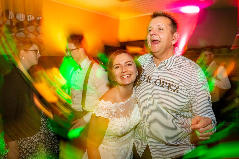 Braut mit Papa auf der Tanzfläche