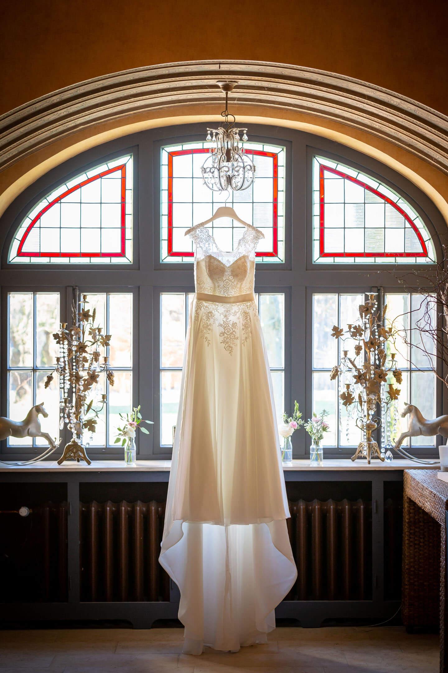 Hochzeitskleid im Gegenlicht