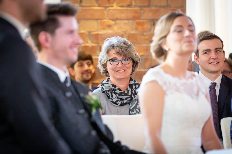 Brautmutter bei standesamtlichen Trauung im Wasserturm Lüneburg