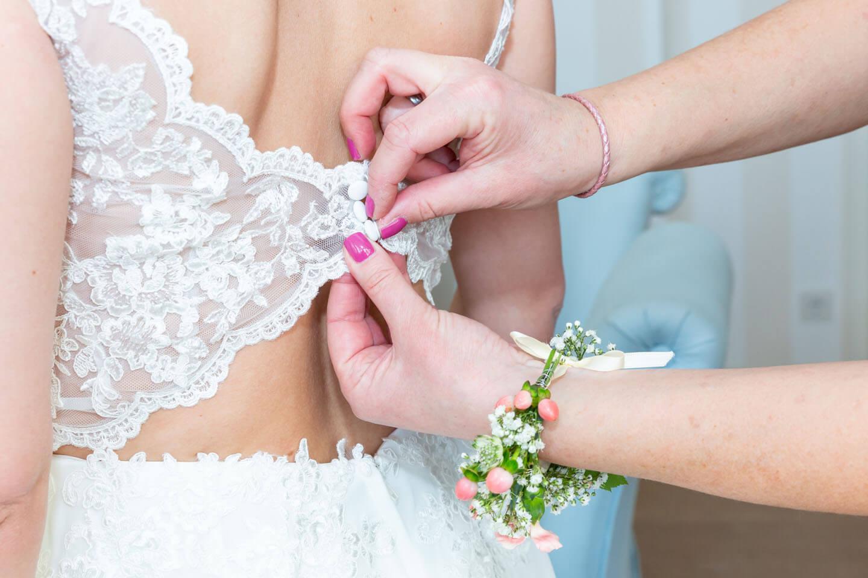 Hochzeitskleid zuknöpfen