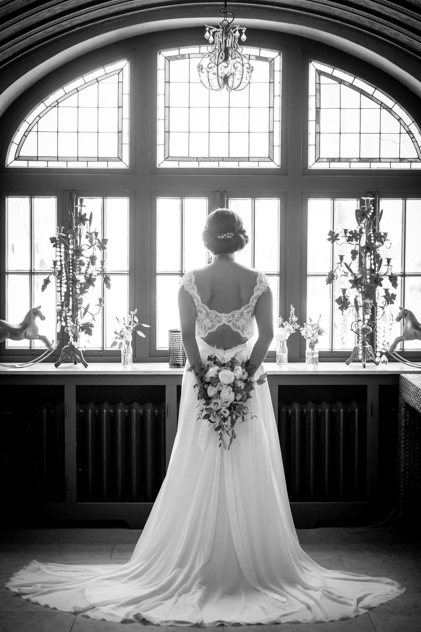 Hochzeitsfotograf Florian Läufer hat hier die Braut im Brautkleid von hinten fotografiert