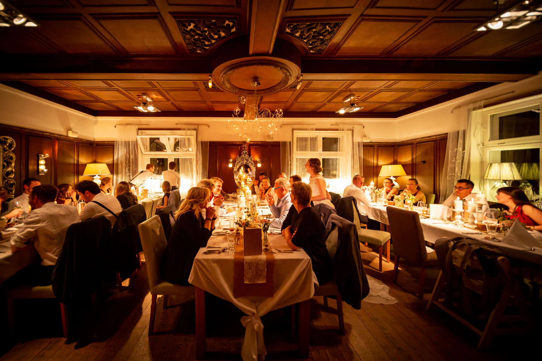 Hochzeitsgesellschaft beim Dinner