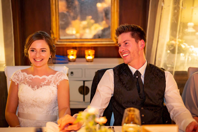 Brautpaar bei Kerzenlicht in der Location
