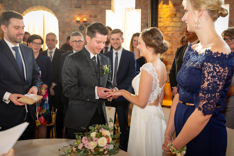 Hochzeitsfotograf Florian Läufer hat hier den Ringtausch im Wasserturm Lüneburg festgehalten