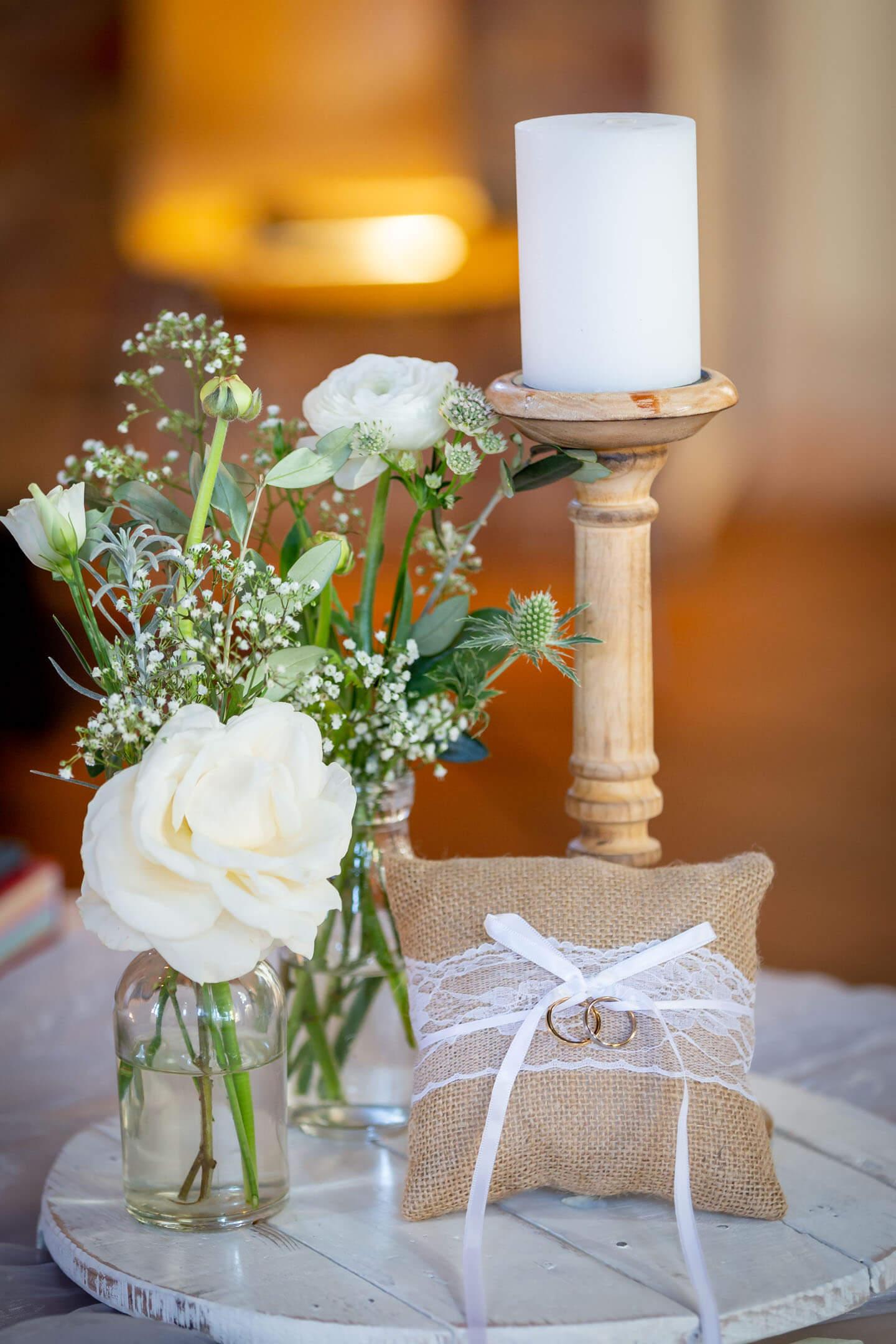 Setup der Trauringe mit weißen Rosen