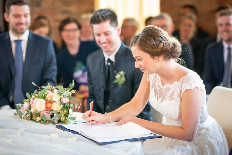 Braut unterschreibt Trauurkunde bei Hochzeit im Wasserturm Lüneburg
