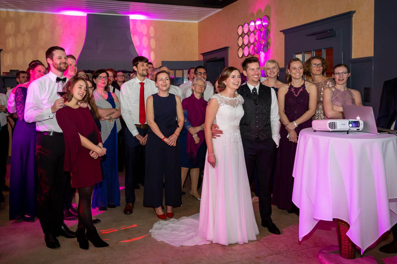 Videovorführung während einer Hochzeitsfeier