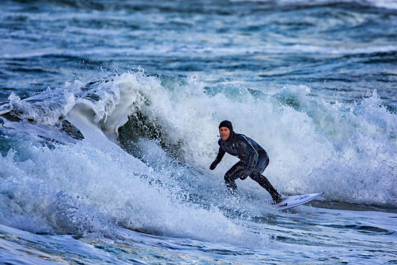 Wellenreiter im Neoprenanzug