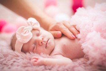 Pretty in pink - Neugeborenes in rosafarbener Umgebung