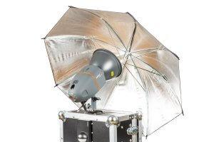 Professioneller Studioblitz mit Schirm