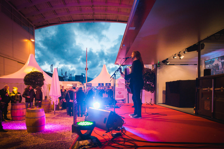 Live-Musik auf der Bühne des Showcontainers bei der Internorga 2019 in Hamburg