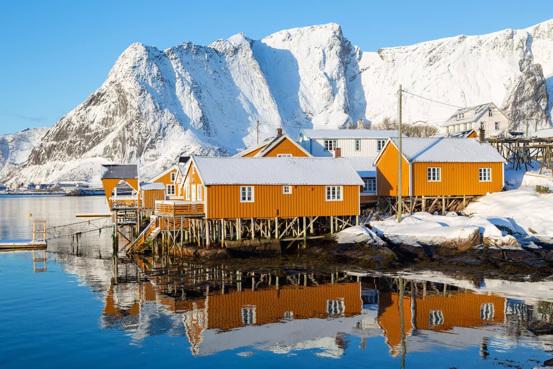 Gelbe Rorbuer auf der kleinen Insel Sakrisoy