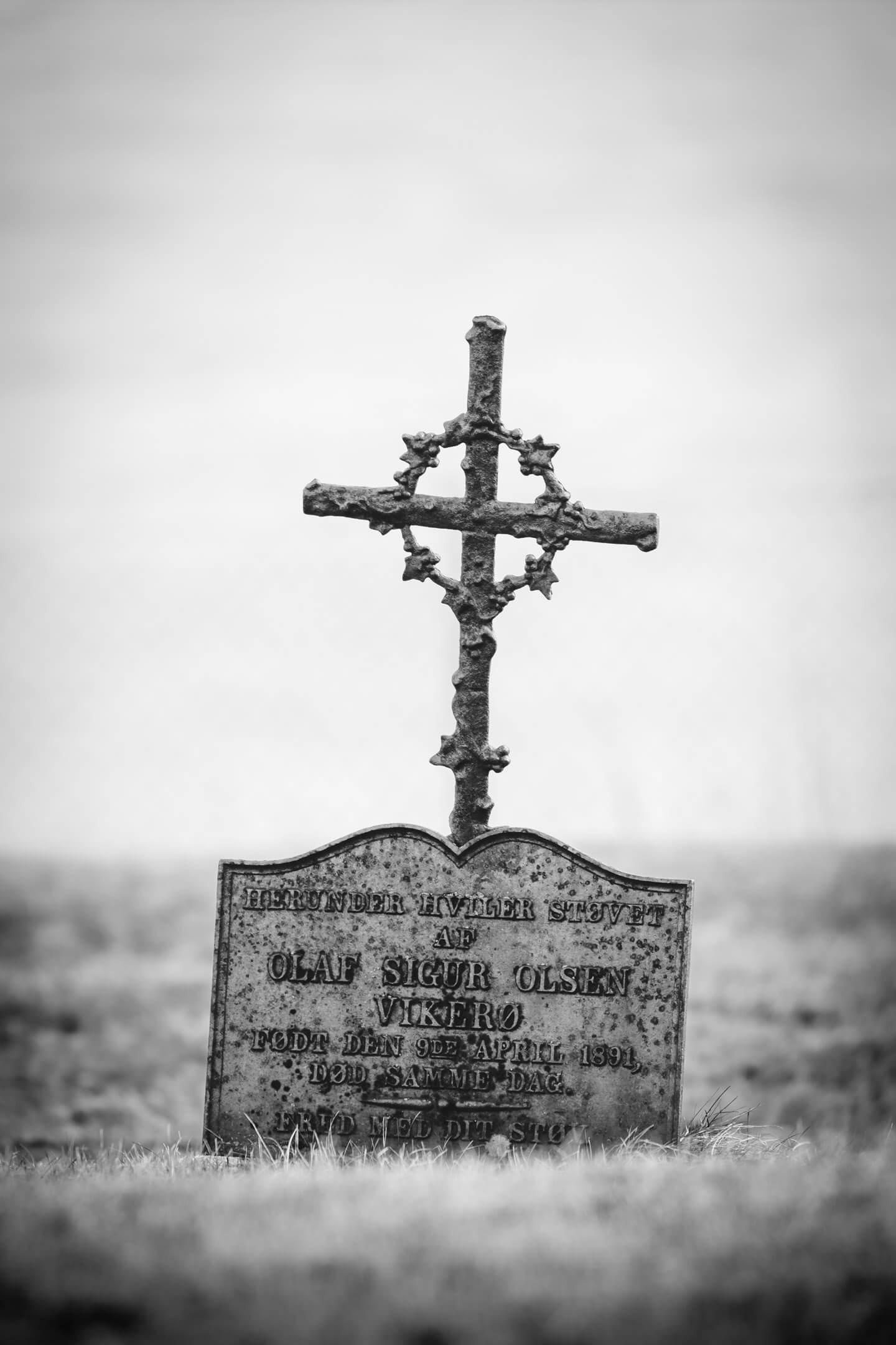 Grab vor der Strandkirche Gimsøy